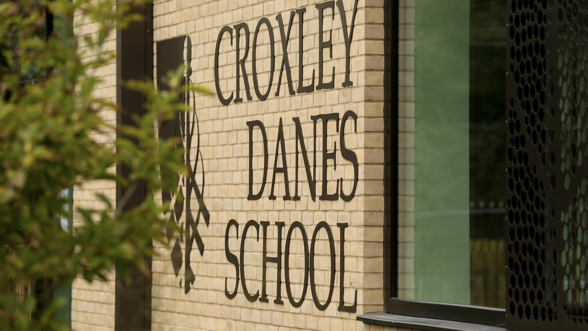 A fabulous #termtime Learning Support post has arisen at @croxleydanes . If you're looking for #flexibleworking and can help students to access the curriculum by supporting them in mainstream and small group lessons please see the link for more details https://t.co/85Z2mcc1SA https://t.co/xiyzVhks8e