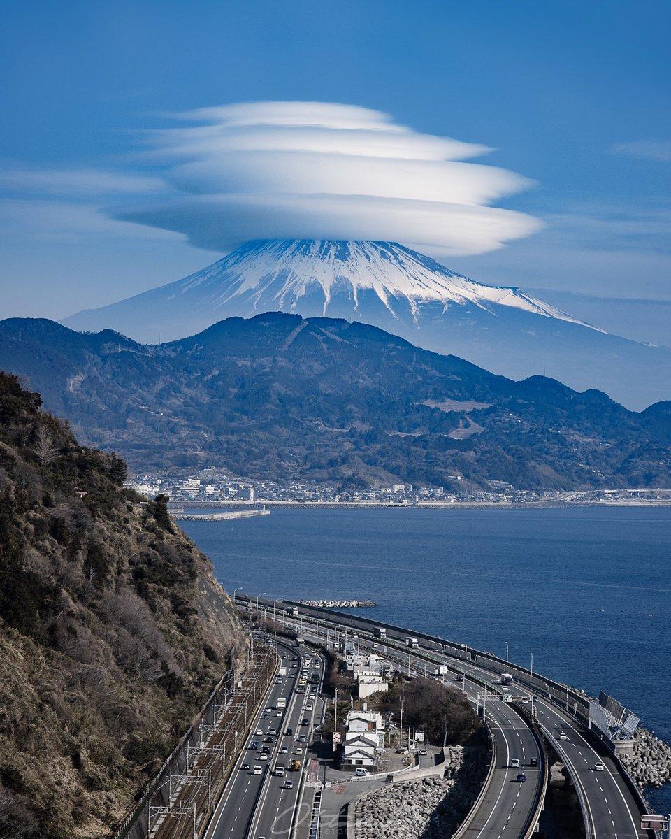 奇跡の1まい!富士山の上に珍しい四段重ねの笠雲現る・二度とないかも
