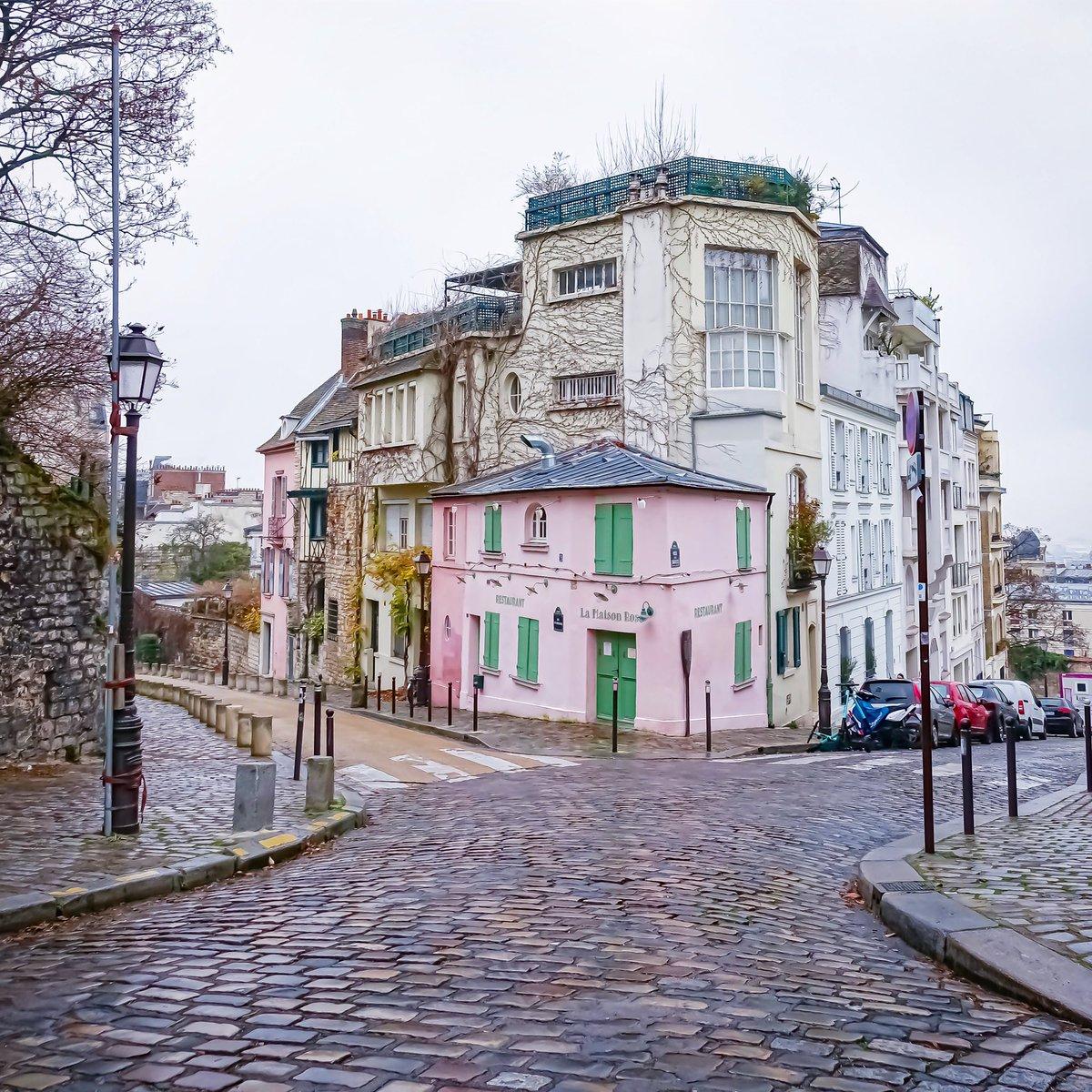 La Maison Rose accrochée à la colline de Montmartre, rue de l'Abreuvoir - Paris 18  #parisladouce #paris #pariscartepostale #parisjetaime #cityguide #pariscityguide #paris18 #streetsofparis #thisisparis #parismaville #montmartre #maisonrose