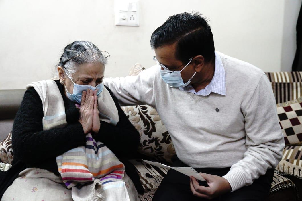 हमारे डॉक्टर्स अपनी जान की परवाह किए बिना कोरोना के मुश्किल वक्त में मरीज़ों का इलाज कर रहे हैं। ऐसे ही हमारे वॉरिअर डॉ. हितेश गुप्ता जी का हाल ही में कोरोना संक्रमण से निधन हो गया था।   आज उनके परिवार से मिलकर ₹1 करोड़ की सहायता राशि दी। भविष्य में भी परिवार का ख़्याल रखेंगे।