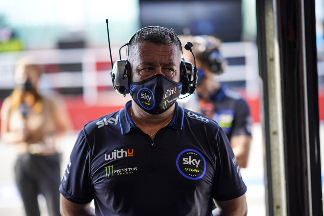 📸 Snap-shots of the pitlane routine.   Face masks can't hide the focus on the future goals! 😷🎯 #RideTo2021 #SkyVR46 #MotoGP https://t.co/j3hcd32CE4