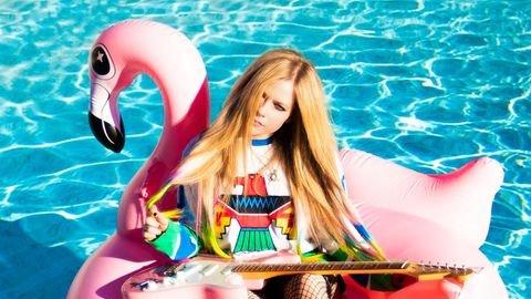 SEGURA ESSE ROCK. Ostentando visual gótico e com inspirações no heavy metal, Avril Lavigne atualiza seu Instagram e promete retorno do metal aos charts em 2021.