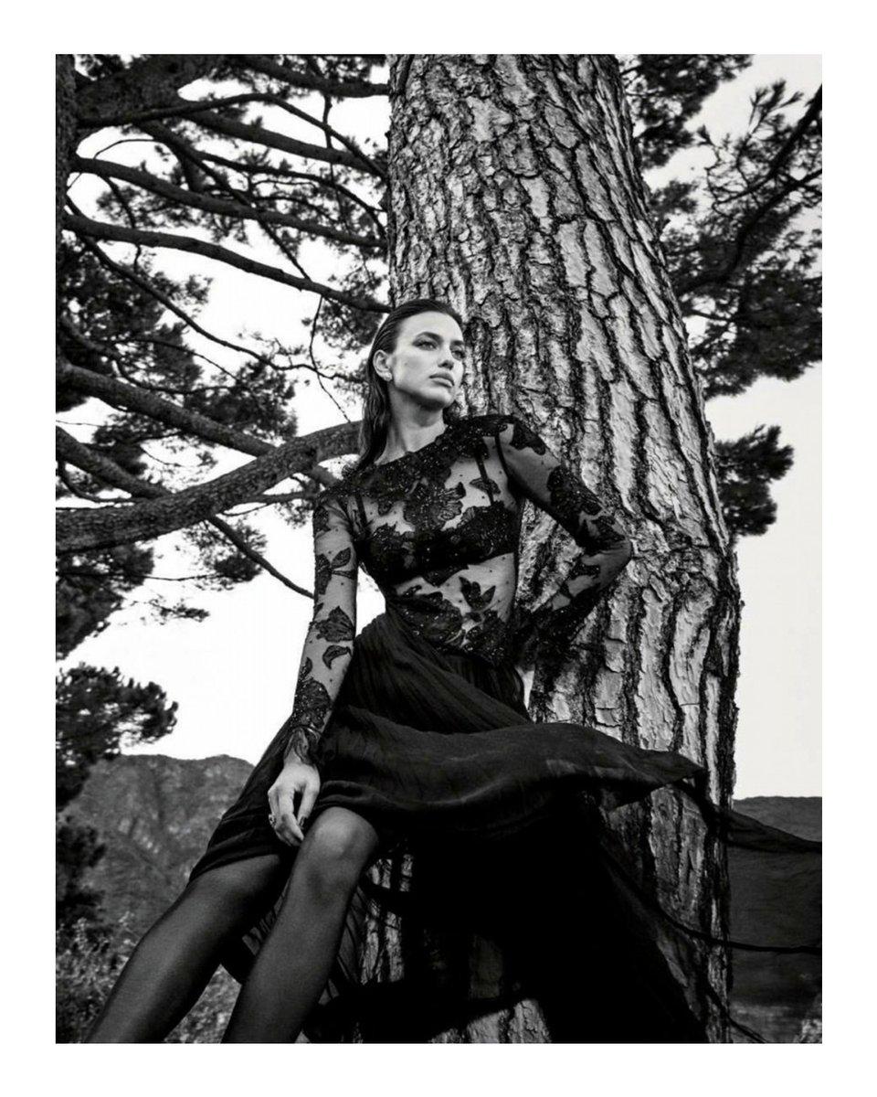 フローラルディテールがあしらわれたブラックのヴァレンティノルックを着用し、イリーナ・シェイクが @voguegermany のページを飾りました 撮影:Luigi and Iango #ValentinoNewsstand