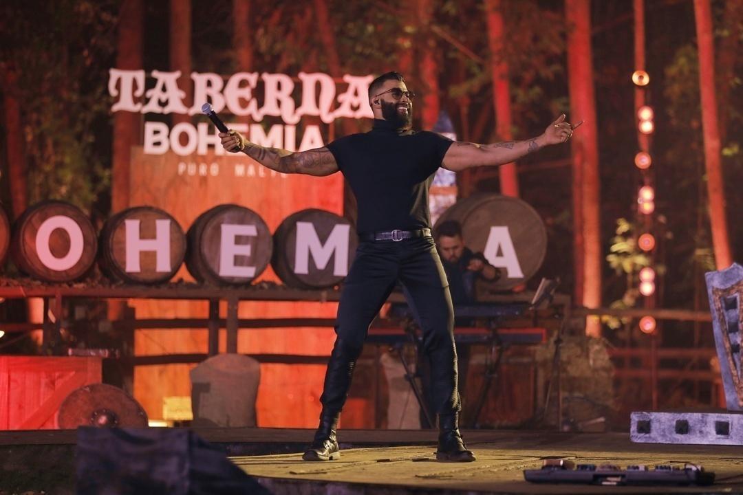 """Na última sexta tivemos o lançamento de mais uma música do DVD #OEmbaixadorTheLegacy do cantor @GusttavoLima 👉🎶 #BaladadoButeco  Nossa playlist """"Maiores Hits Sertanejos"""" já está bombando!! Acesse o link da bio e CHAMA NO PISEIRO!!"""