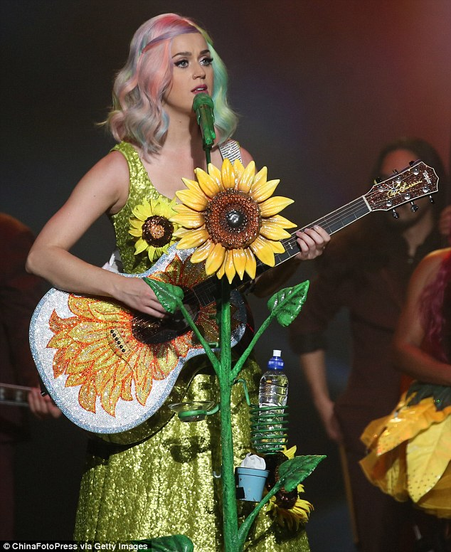 To celebrate Katy Perry's collaboration with Pokémon I will present a list of Katy Perry outfits as Pokémon ✨   1. Sunflora