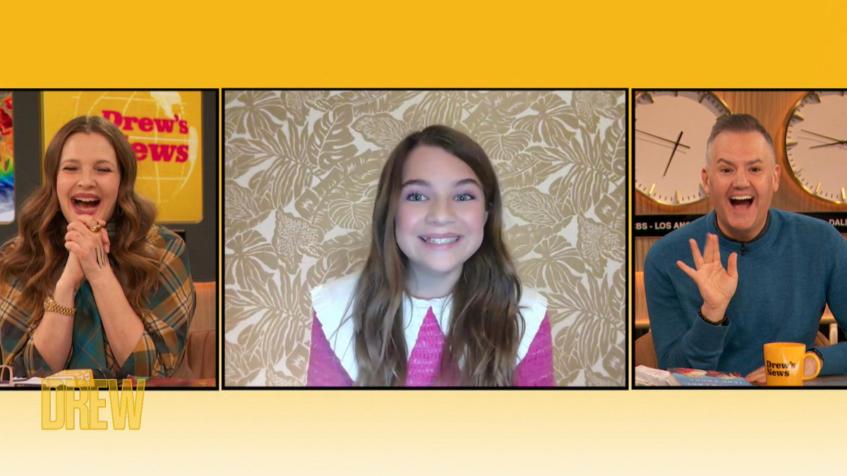 .@OfficialRaeganR admits that she was a little perplexed by the '80s technology on set of @YoungSheldon.