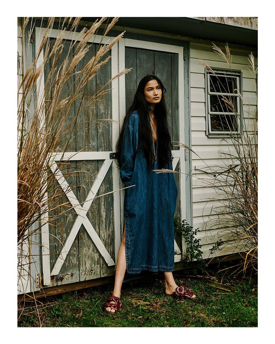 デニムドレスと #ヴァレンティノダイアリー キャンペーンにも登場したヴァレンティノ ガラヴァーニ #アトリエバッグ を着用し、モデルのバーシャ・タパが『Vogue香港』のページを飾りました #ValentinoNewsstand