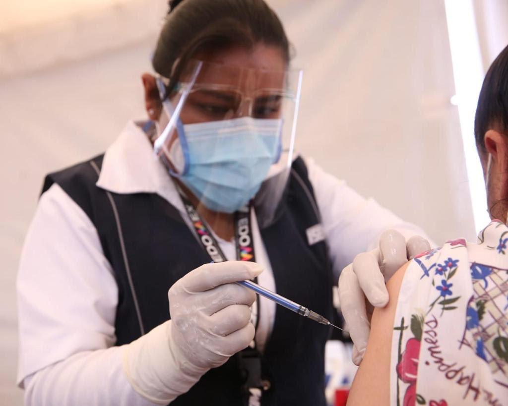 Inicia #Edoméx aplicación de 39 mil vacunas en 58 hospitales #Covid_19mx del Sector Salud Inmunizarán a 39 mil trabajadores de las diversas instituciones Se cuenta con una red de frio de cuatro ultrarefrigerados para garantizar la eficacia del biológico 👉