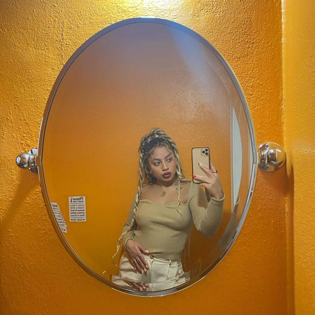 It's me, once again, here to say that I love @KianaLede.