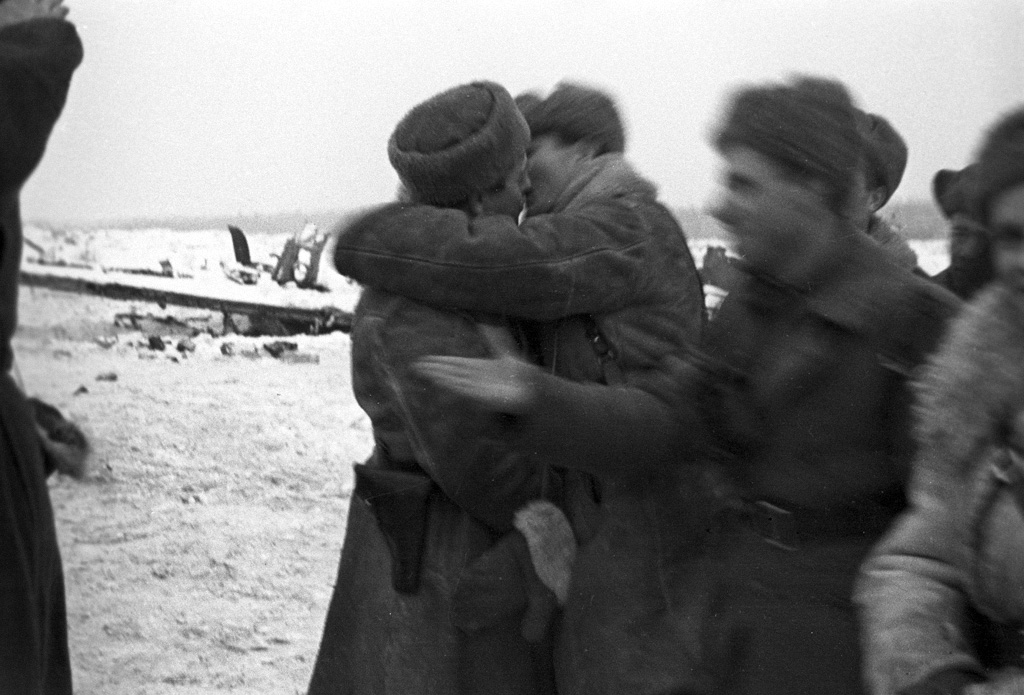 The first cracks have appeared in the siege of Leningrad: Red Army troops from within the city embrace fellow Soviet soldiers who have broken through German encirclement, cutting a narrow corridor along southern bank of Lake Ladoga. https://t.co/Hw6DFcNpX4