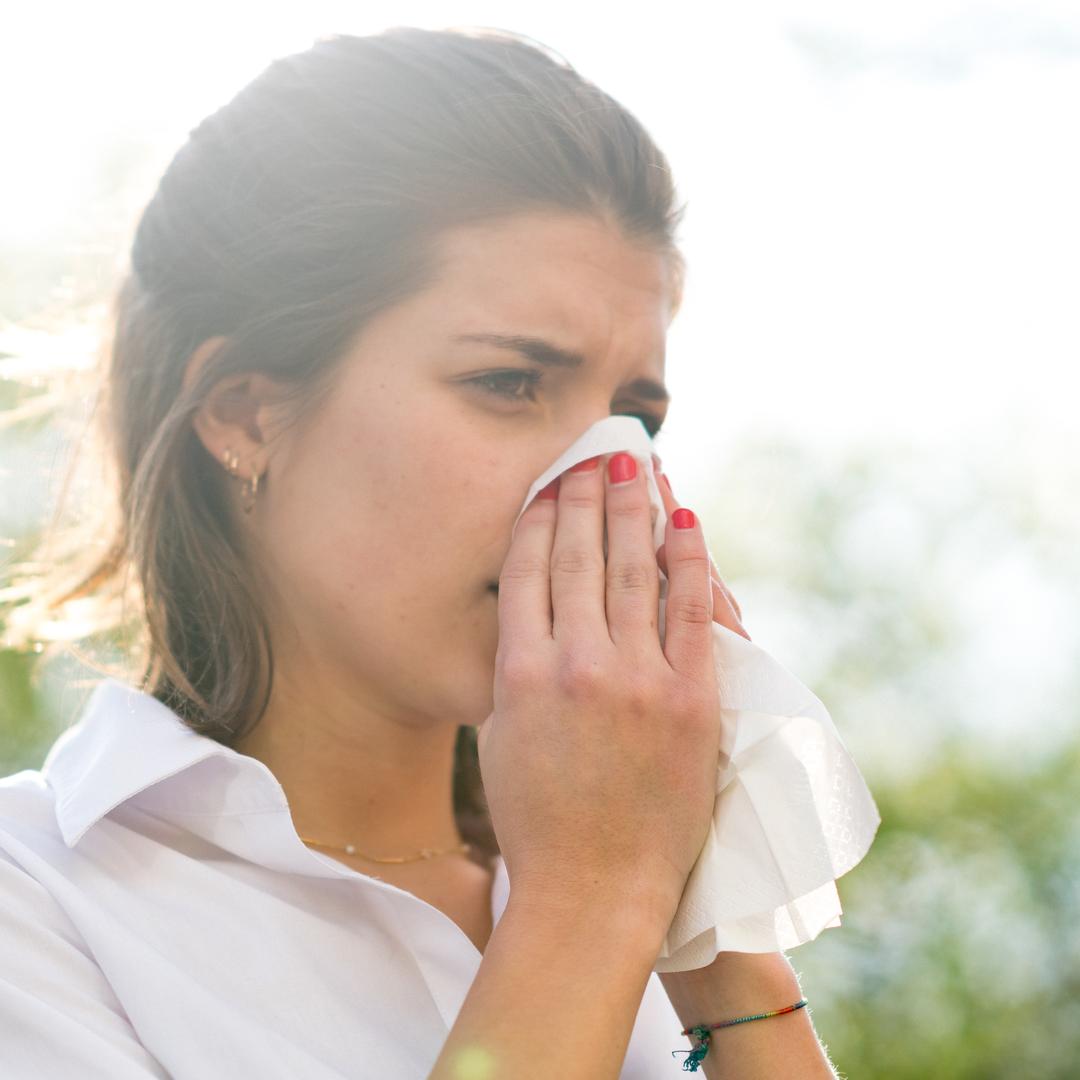 Con el aumento de casos de COVID-19, es normal preocuparte si experimentas tos o fiebre. ¿Pero es un resfriado, una gripe o COVID-19? Conoce las diferencias entre los síntomas: https://t.co/lZ0mMLDAes (enlace en inglés) https://t.co/oa5giIrhUG