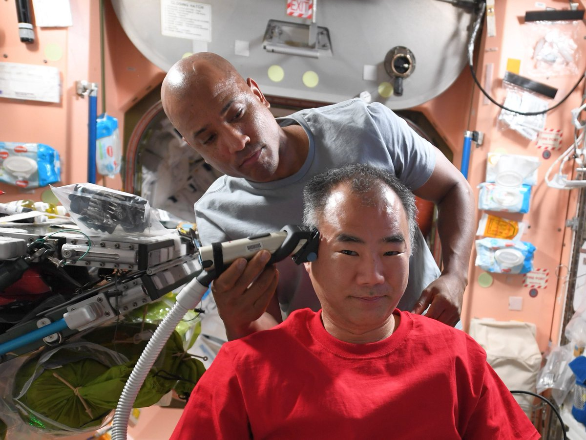 #ISS で散髪中 Space Hair Salon IKE @AstroVicGlover