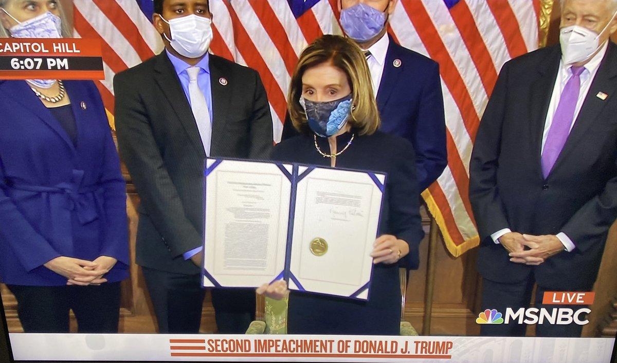 """""""لا أحد فوق القانون بمن فيهم رئيس #أمريكا"""".. لحظة توقيع #نانسي_بيلوسي على مواد #عزل_ترامب للمرة الثانية بعد التصويت التاريخي في #مجلس_النواب_الأمريكي على ذلك"""