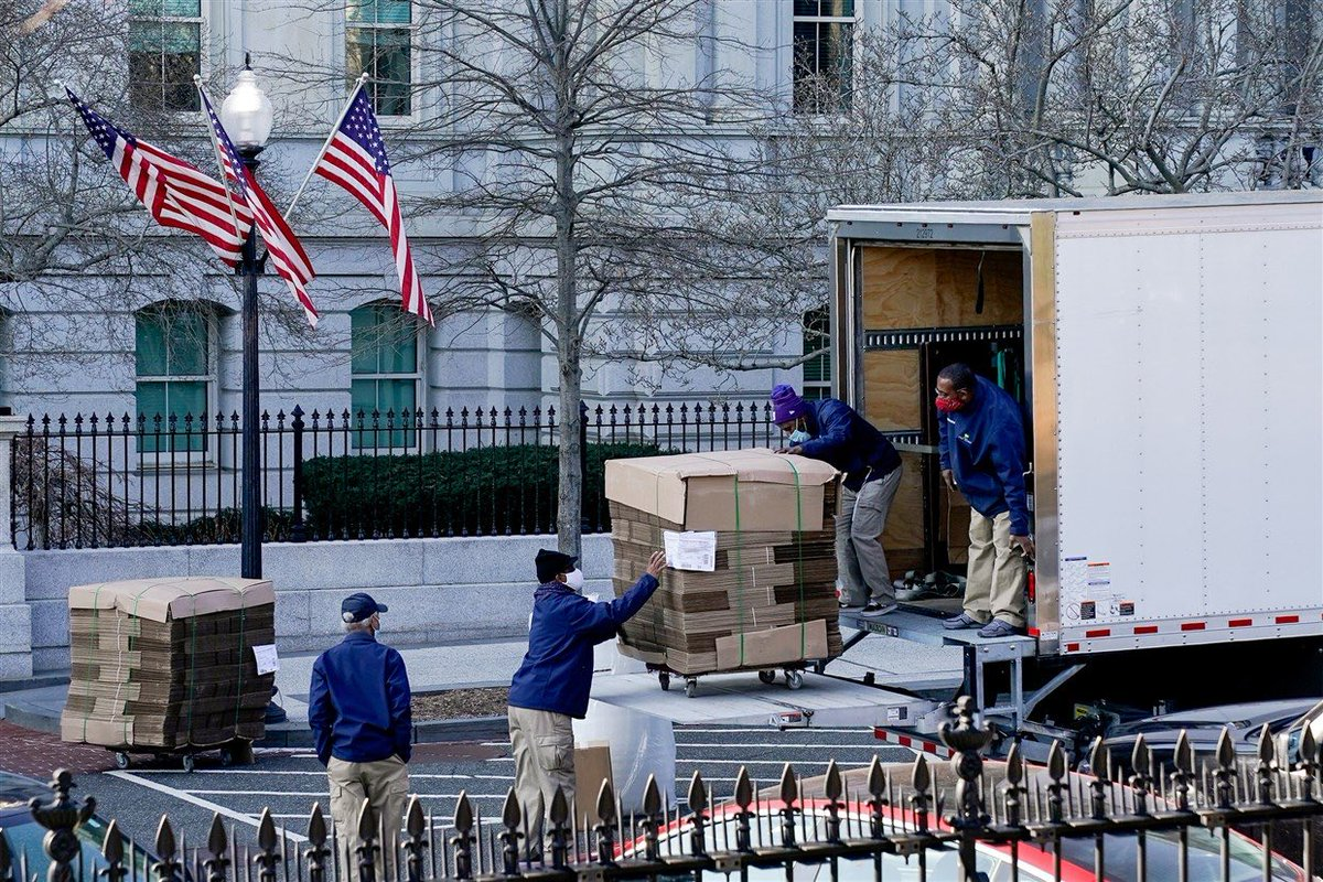 Replying to @SawyerHackett: A beautiful sight: moving boxes arrive at the White House. (Via @erinscottphoto)
