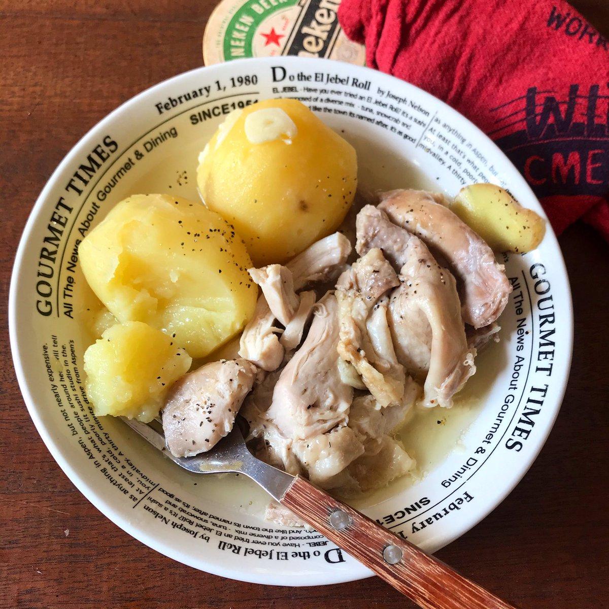 寒い日は…  炊飯器に[じゃがいも2〜3個、鶏モモ2枚(手羽でも)、水450ml、塩大さじ1弱、薄切りにんにく、好みで生姜各1片]を入れて炊く。それだけ。  持ち上げると崩れるほどお肉ホロホロ、絶品のスープ煮です。調味料が塩だけと思えない。旨味が染みたじゃがいもがまた美味しい!  お鍋で煮ても◎