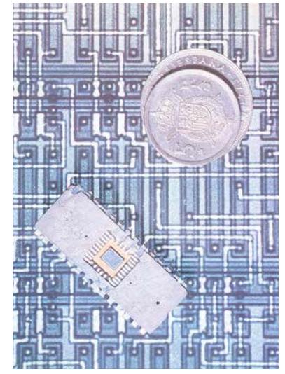 Imagen del primer circuito integrado diseñado por @Telefonica para nuevos modelos de teléfonos públicos (1980) 📞  #SomosTelefónica