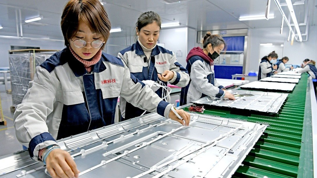 #China's foreign trade hits record high in 2020:   - foreign trade rose 1.5 percent, standing at $4.65 trillion - exports rose 3.6 percent, imports down 1.1 percent - trade surplus expanded to $535 billion, the highest since 2015  Full story: