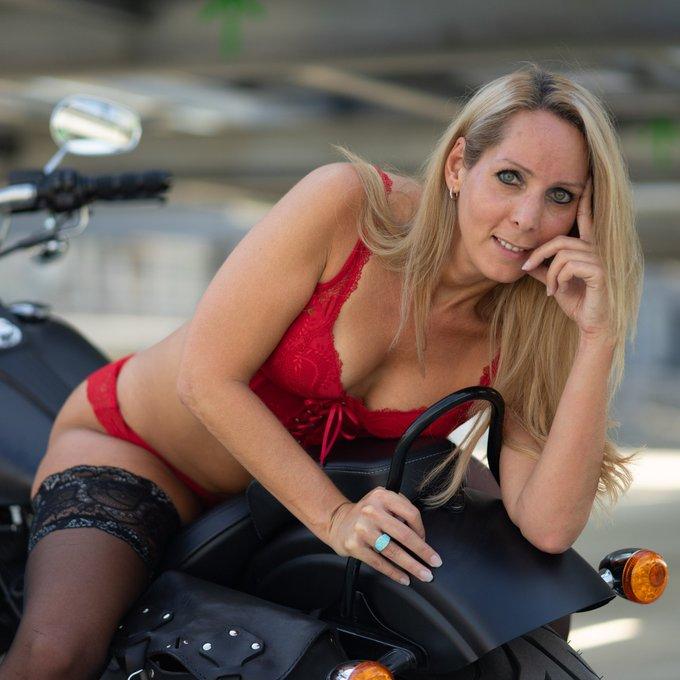 Bikerische Grüße gehen raus. Noch mehr heiße Bilder und XXX Videos findest du auf https://t.co/1gcaBF6kcf