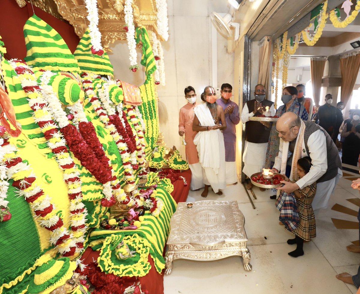 उत्तरायण के पावन अवसर पर आज अहमदाबाद के सुप्रसिद्ध श्री जगन्नाथ मंदिर में पूजा अर्चना की। महाप्रभु जगन्नाथ सभी पर अपनी कृपा बनायें। जय जगन्नाथ!