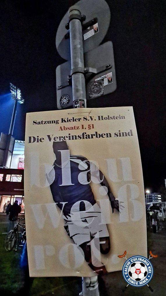 Wie #Holstein #Kiel-Fans gestern den überraschenden Sieg im #DFBPokal gegen den #FCBayern #München feierten & erneut gegen das schwarze #Sondertrikot des #KSV protestierten: #KSVFCB  #KielAhoi https://t.co/YHy15z4ARj https://t.co/PJqeTkKAQ8