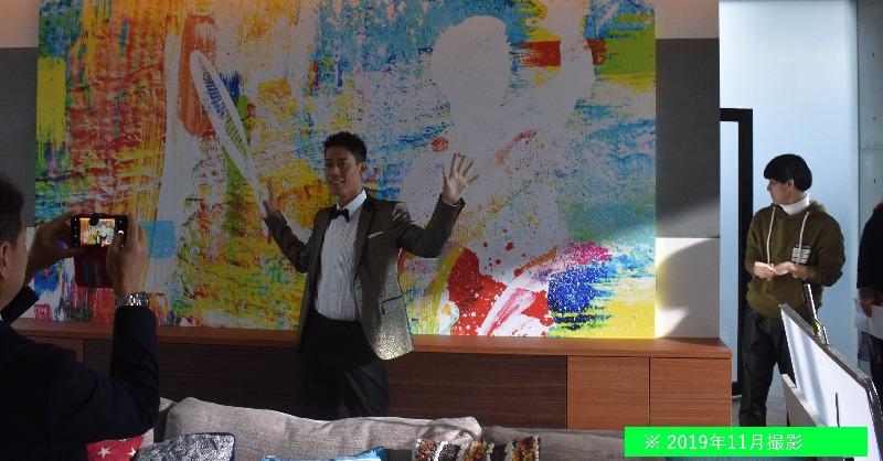 \CM裏話/ お部屋の印象を変える壁紙。今回の撮影のためだけに美術スタッフさんが1週間かけて特大パネルを制作してくださったんです!自身がモチーフと気づき驚きながらも喜んでくれました🙌 #錦織圭 #KeiNishikori #JACCS #ジャックス https://t.co/x7LPieRRnb