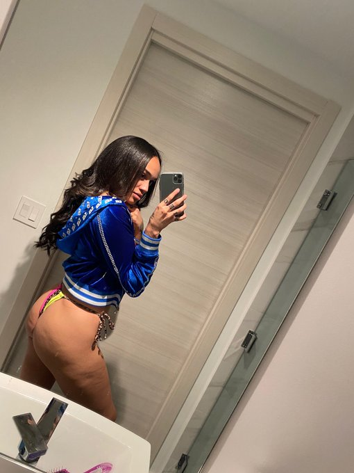 2 pic. Which one ? THE face....THE ass...or THE front 😋 https://t.co/yS8lZ7ezuW
