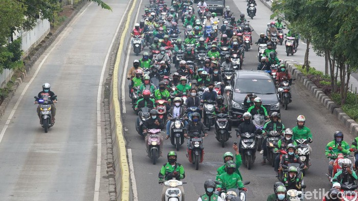 #Foto Warga menyaksikan iring-iringan mobil jenazah Syekh Ali Jaber menuju rumah duka di kawasan Pulo gadung Jakarta Timur. Berikut momennya:  Baca selengkapnya di  Foto: Ari Saputra/detikcom