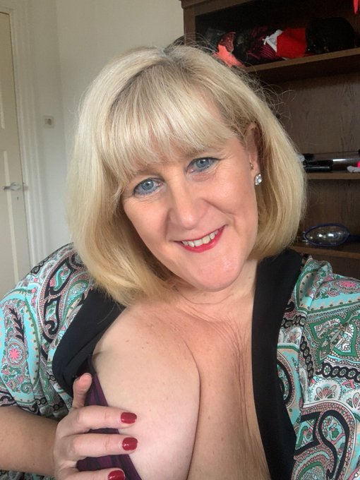Filthy Phone Chat - I'm around not for phone chat .... and from 12.30pm UK time for video calls and cam