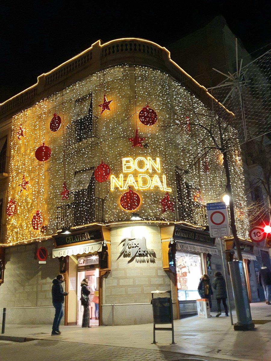 La pastisseria @foixdesarria encara amb la decoració de Nadal #photographercarlesqf #nadal2020 #navidad2020 @Bcn_SSTG #photographercarlesqf #SamsungGalaxy #fotografia #fotografiaurbana #Barcelona #nightphotography #raconsde_nit @DisfrutarBCN #pastisseria