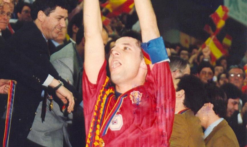 ✨ Hoy hace 2️⃣5️⃣ años que la @SeFutbol Sala conquistó el primero de los 7️⃣ Europeos que tiene en sus vitrinas 🏆  👥 Paulo Roberto y Vicentín fueron los héroes del 5️⃣-3️⃣ ante Rusia en aquella inolvidable final 🇪🇸🆚🇷🇺  #SomosFutsal ⚽
