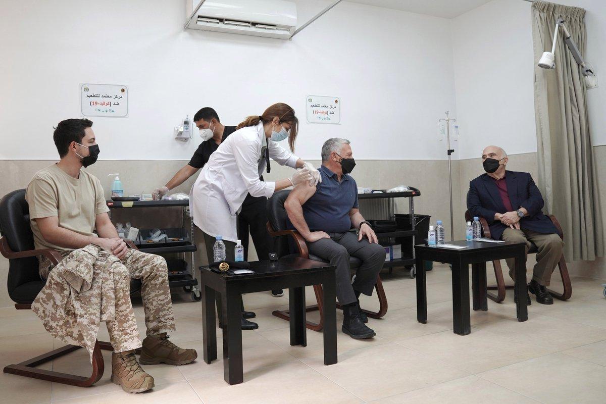 جلالة الملك عبدالله الثاني، وسمو الأمير الحسن بن طلال، وسمو الأمير الحسين بن عبدالله الثاني، ولي العهد، يتلقون اللقاح المخصص ضد فيروس كورونا، في عيادة الخدمات الطبية الملكية بالديوان الملكي الهاشمي #الأردن