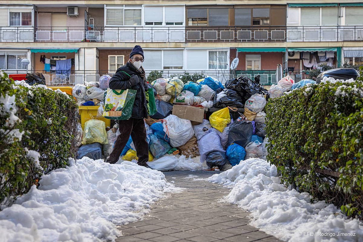 ☀️❄️Filomena DÍA 4💩🗑️ Hielo, montañas de basura y operarios luchando por hacer su trabajo. ©EFE /Rodrigo Jiménez #photo #photojournalism #madrid  #snow  #filomena #borrasca #nieve
