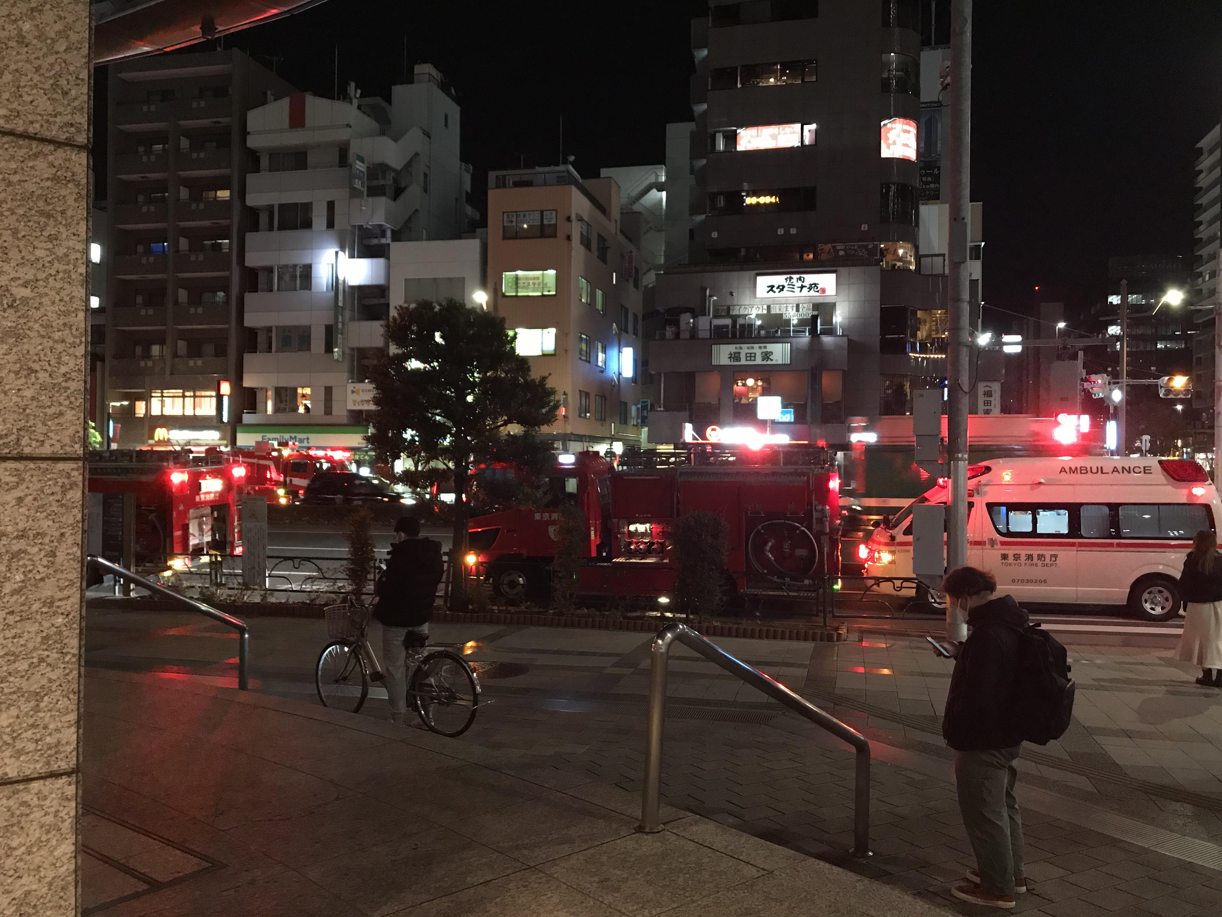 東京メトロ有楽町線の豊洲駅に緊急車両が集結している画像
