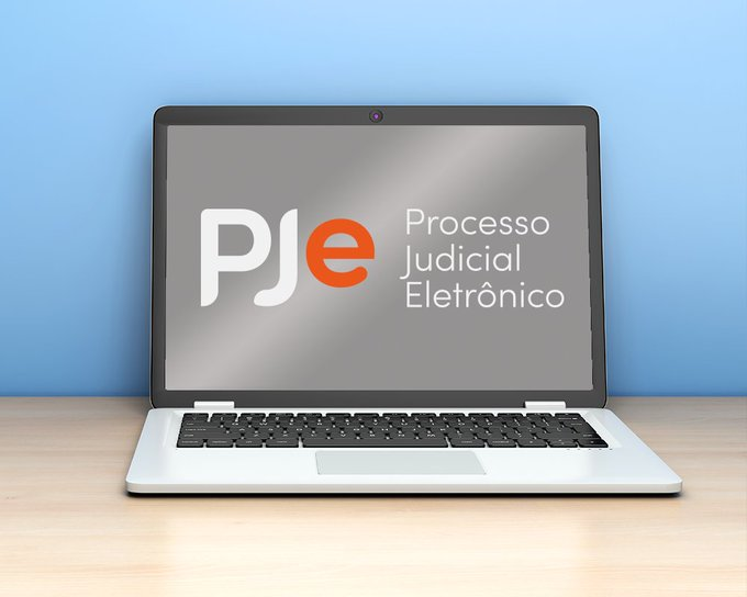 Imagem da logo do PJe - Processo Judicial Eletrônico na tela de um notebook