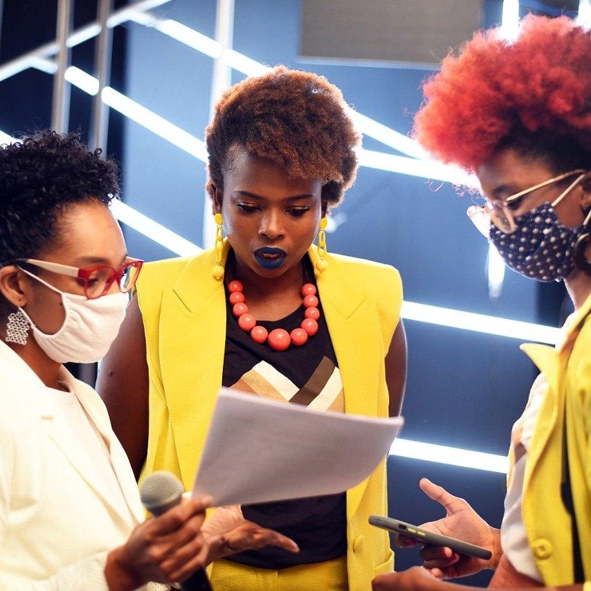 Quais relações estamos construindo? Estamos trabalhando para ter cada vez mais mulheres negras no mercado de trabalho e para que nos substituam um dia? Nesta foto vejo 3 mulheres negras construindo e fortalecendo a própria carreira e a carreira de outras mulheres negras. #tbt