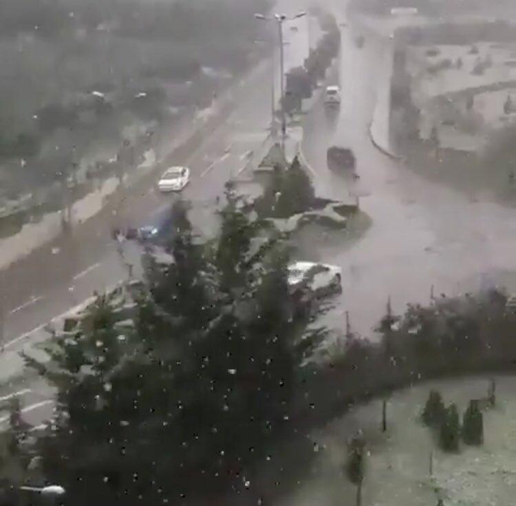 İstanbul anadolu yakasının bazı bölgelerinde mevsimin ilk kar yağışı başladı. #KarGeliyor #CoronaVac #kpss #hava #Meteoroloji