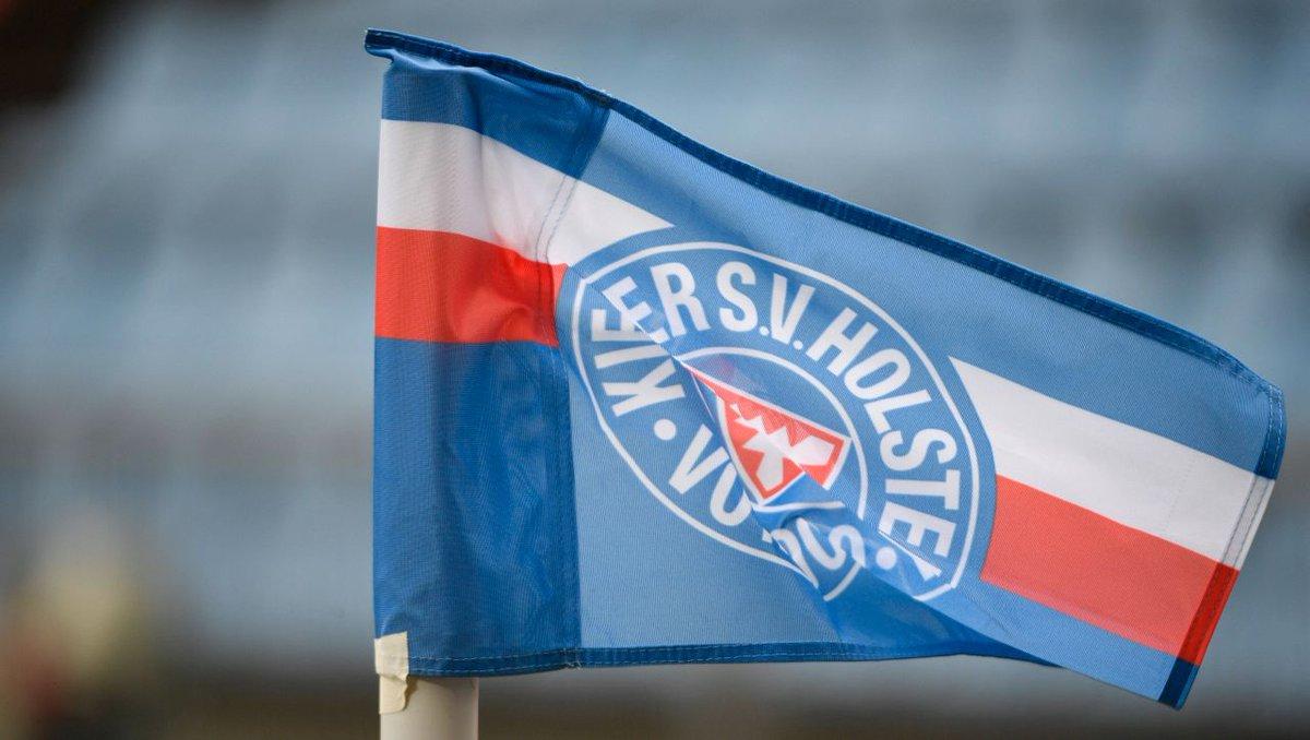 Kiel: Am Rathaus weht nach dem Sieg über Bayern die Holstein-Flagge https://t.co/6V6wGZDBEM https://t.co/v9TLrp87mo