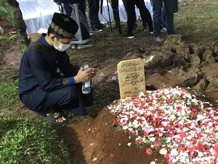 #Foto Syekh Ali Jaber telah dimakamkan di Daarul Quran, Tangerang Selatan. Begini kondisi terakhir makam Syekh Ali Jaber:  Baca selengkapnya di  Foto: Hanif Hawari/detikcom