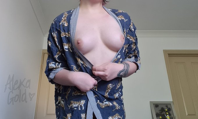 Whoops! My robe slipped open and my gorgous perky tits popped out 😱 https://t.co/Y1BipZ6Dmw