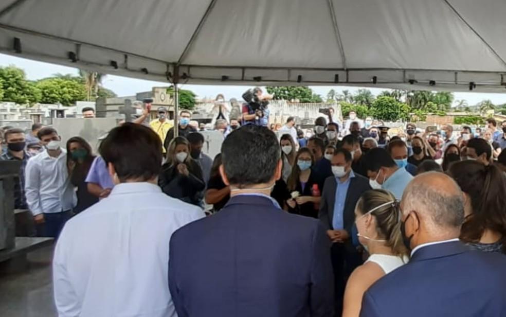 Sob toque fúnebre de cornetas, corpo de Maguito Vilela é enterrado em Jataí  #G1