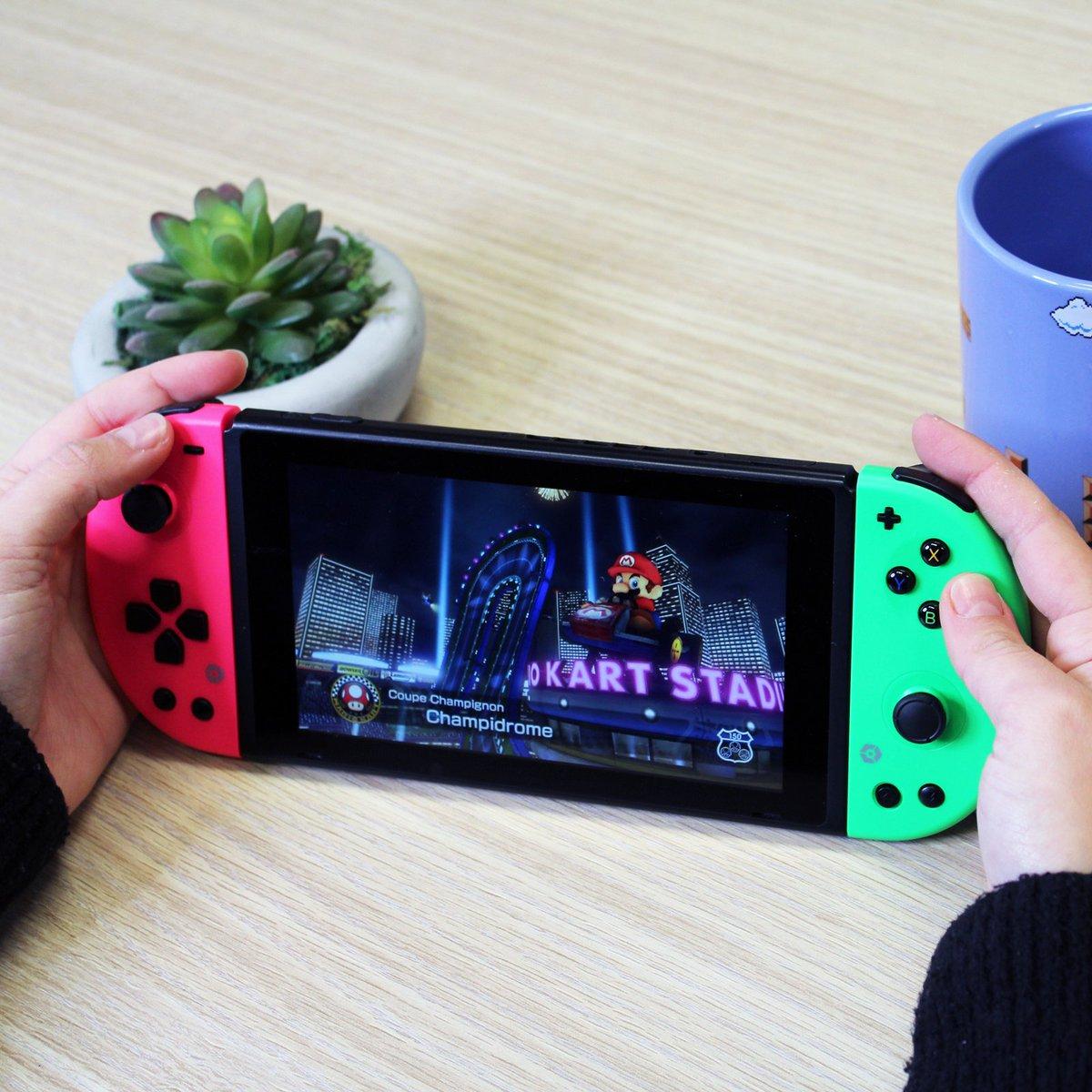 #Retweet & #Win deze super gave #Gioteck JC-20 #Nintendo Switch Gamepad!   Beide controllers zijn via draadloze Bluetooth™ verbonden en hebben beweging & trillingsondersteuning.  👉Benieuwd naar andere kleuren? Bekijk dan de volgende link: