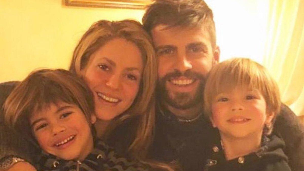 """Gerard Piqué e Shakira #Pique e #Shakira se conheceram durante as gravações do clipe """"Waka, Waka"""", música tema da #CopaDoMundo de 2010, na África do Sul. Pais de Sasha e Milan, o jogador e a cantora assumiram o romance em 2011."""