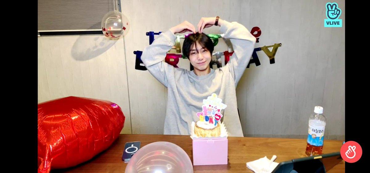 Pequeño thread con fotitos del vlive de hyungwon ♡ por que lo amo demasiado #HBDtoHYUNGWON #형원이란_다정함이_내린_날 @OfficialMonstaX