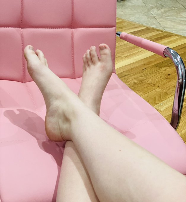 What color should I paint my toes today? 🎨 https://t.co/7D51aaPmmh