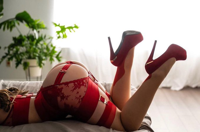 """High heels are pleasure with pain."" -Christian Louboutin 😏♥️👠💋 https://t.co/zmTHtVAq45"