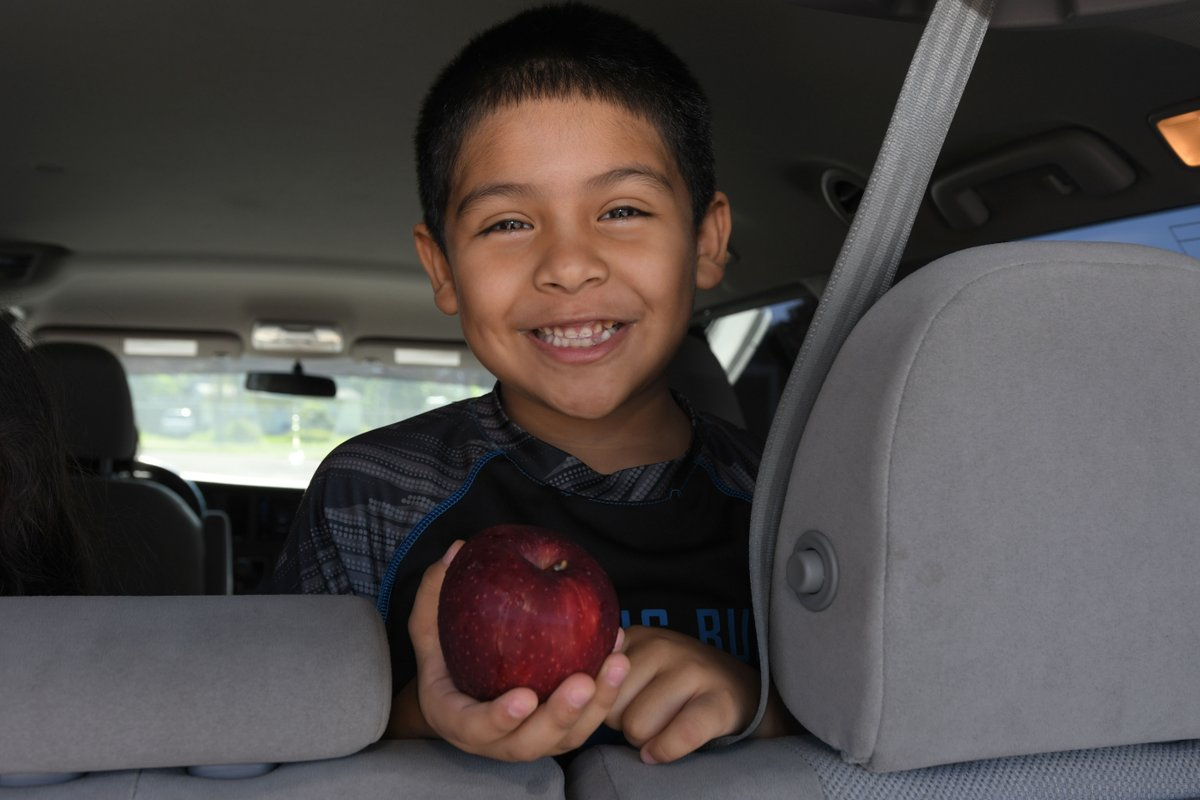 Did you know the the Feeding America network of food banks distributes on average over 8 million pounds of fresh produce weekly? Drive-thru food distributions like these help kids stay safe during the pandemic and healthy, and put smiles on their faces!  🍏 🍅 🍓 #goodfood4all