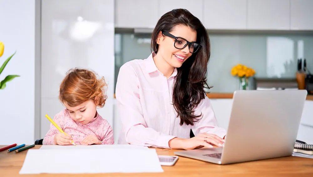 A partir de la publicación en el Diario Oficial de la Federación, entró en vigor la nueva reforma sobre #HomeOffice, para regular el trabajo desde casa.   ¡Conoce las obligaciones que deben cumplir las empresas y los trabajadores bajo esta modalidad!  https://t.co/krI5QIThBj https://t.co/pQoYdnSERJ