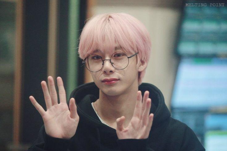 Primero vamos a felicitar a la persona que cumple años!! 🐢✨                  🎊 Hyungwon 🎊  《Cita este tweet felicitando a Hyungwon usando #HBDtoHYUNGWON  #형원이란_다정함이_내린_날》