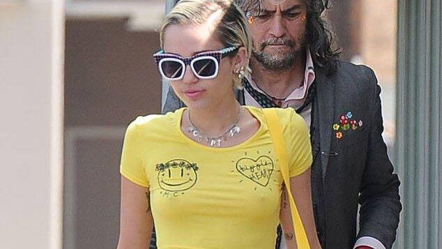 Miley Cyrus homenageia vocalista em post e revela que escalou hotel nua! -->    #MileyCyrus