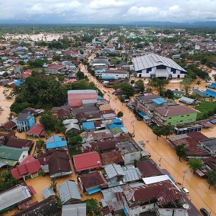 Sangat sangat minim berita. saat kota lain aja banjir semua pada panik semua pada heboh.. Saat provinsi ku banjir tidak ada yang tahu. #PrayforKalSel